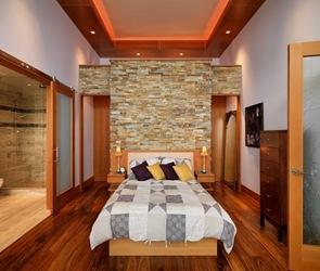 habitacion-suelos-tablones-de-madera-pared-piedra