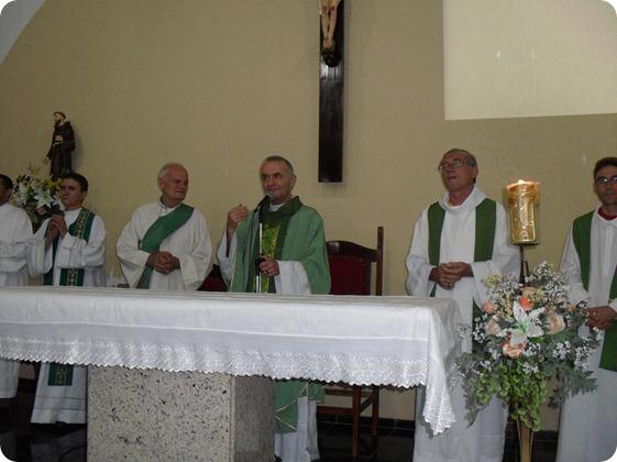 Padre José Ilica celebra missa