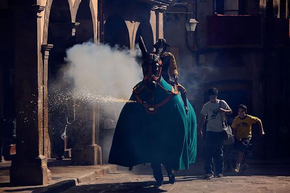 La Mulassa, amb la figura del genet Antoniu Ricu muntant-la. Festa major de Solsona. Solsona, Solsonès, Lleida