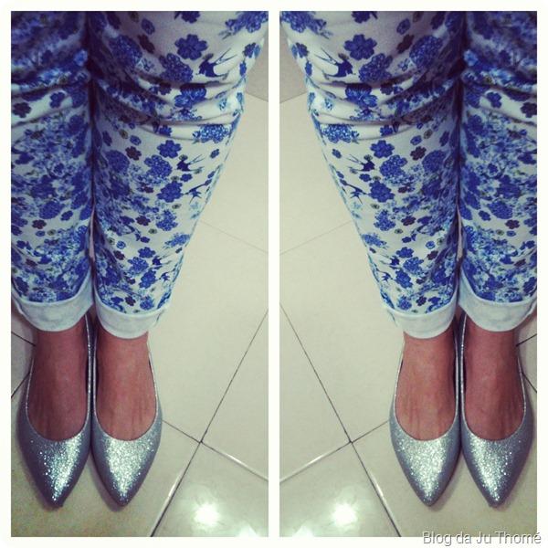 look calça estampada e sapatilha de glitter prata