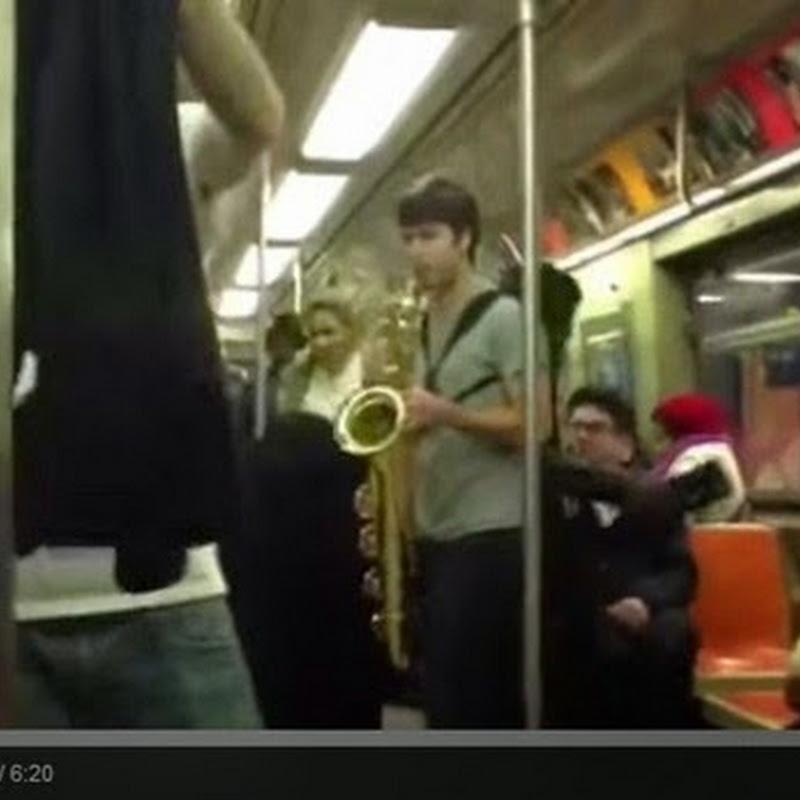 Μουσική εκτέλεση μέσα στο μετρό
