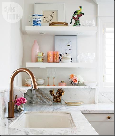 cocina encimera marmol blanco grifo cobre