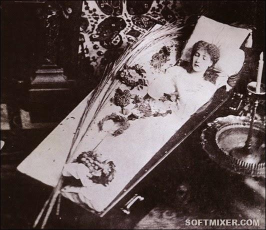 Сара-Бернар-специально-устроила-эту-фотосессию-в-гробу-в-1882-году