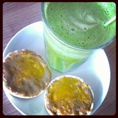 2 Grüner Saft und Maiswaffeln mit Nussbutter und Aprikosencreme