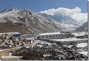 Saindo de Dingboche com os campos nevados