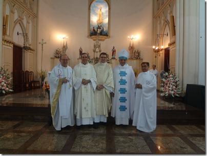 Da esquerda para direita: Padre Ridz Antunes dos Santos, Padre Otaviano Ribeiro de Almeida, Padre Tarcísio Vieira (Provincial), Dom Edson de Castro (Presidente da Celebração) e Padre Raimundo Pereira dos Santos