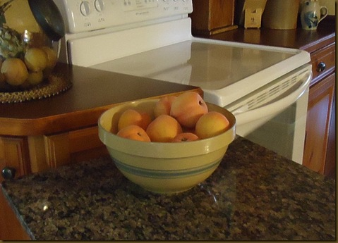 peaches in bowl