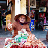 Sød dame der sælger fløjter i ler, Silje købte en Pumba fløjte (vortesvin)