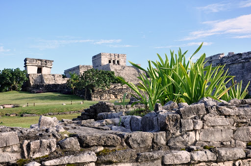 Templo del Dios Descendente (left), El Castillo (right), Tulum