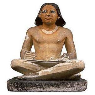 الكاتب المصري الجالس القرفصاء