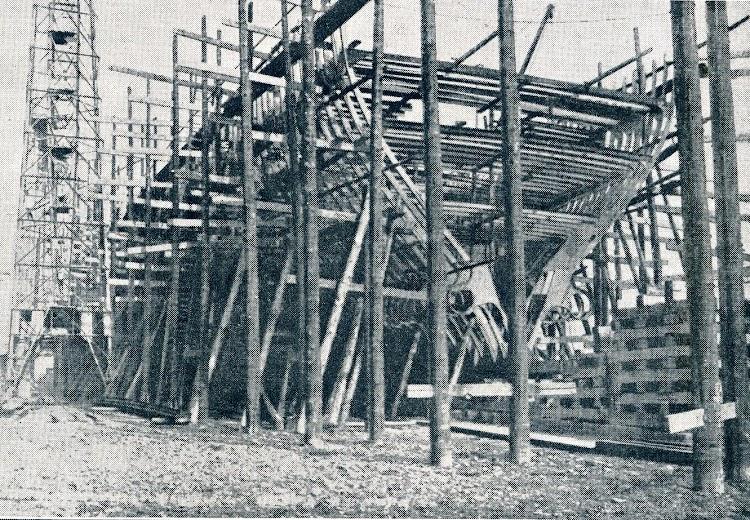 Progreso en la construcción del CRISTOBAL COLON. Obsérvense los inmensos trabajos en carpintería que se necesitaban para la construcción. Del libro LA CONSTRUCCIÓN NAVAL MER.JPG