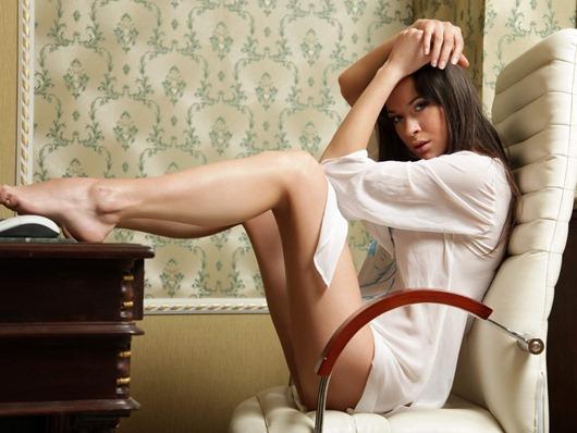 Красивая-девушка-сидит-за-компом-обои-фото-картинки-для-рабочего-стола.