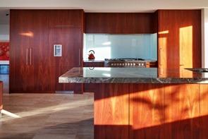 cocina-con-encimera-negra-de-marmol