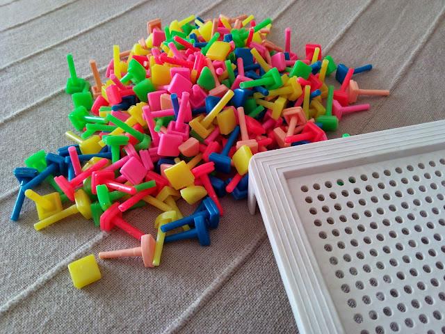 Los clavitos de colores