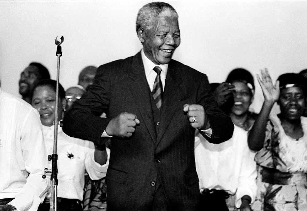 Mandela celebrando la victoria
