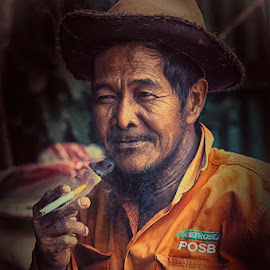semi worker by Yudi Saksono - People Street & Candids ( old, indonesia, balikpapan, worker, semi, smoke, borneo )