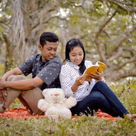belajar bercinta by Andy Alexandy - People Fashion ( canon, love, eos, book, couple, learning )