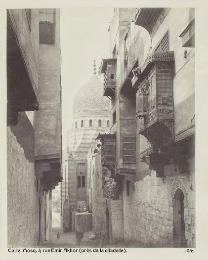 Byggnaden med kupol i fonden är Emir Akhor-moskén.