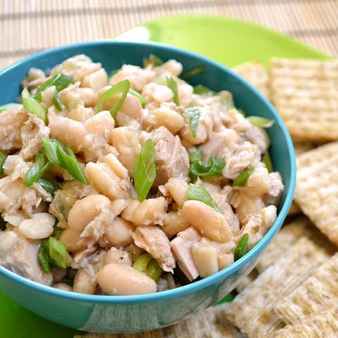 Салат с белой консервированной фасолью и сухариками