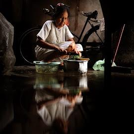 penjual sayur by Aruna Queensya photowork - People Professional People ( woman, women, people )