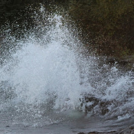 Crashing waves by Terry Moffatt - Landscapes Waterscapes ( water, crashing waves, splash, waves, lake superior,  )