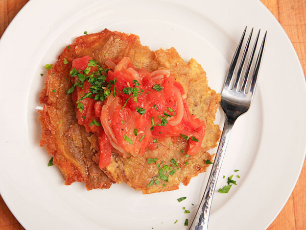 Patacones Con Hogao (Colombian-style Fried Plantains with Tomato-onion ...
