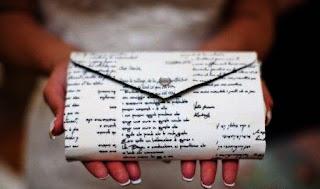 Túi clutch phong thư nổi bật hơn trong những buổi dạ tiệc