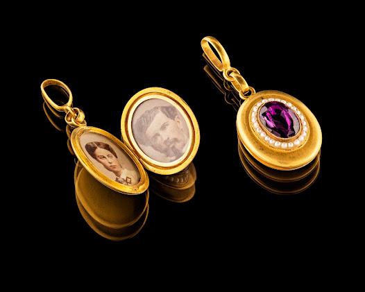 Det ser ut som att garnityrets smycken hör ihop, men broschen och örhängena köptes först. Medaljongen tillkom senare och allra sist hårnålarna och armbandet.