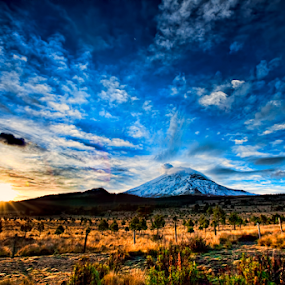 Sunrise and volcano by Cristobal Garciaferro Rubio - Landscapes Sunsets & Sunrises ( volcano, rise, mexico, popocatepetl, snowy volcano, sun )