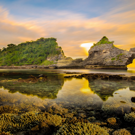Sunset before eclipse  by Wisnu Taranninggrat - Landscapes Weather ( bali, reflection, coral, underwater, sunset, sea, nusa penida, rock, beach, landscape )