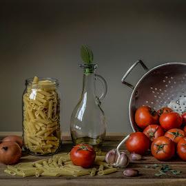 Una buona pasta!  by Margareth Perfoncio - Food & Drink Ingredients ( garlic, still life, light, onion, oil )