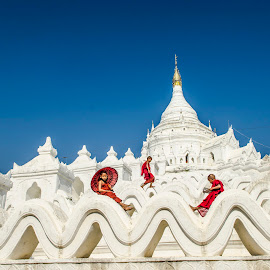 The three novices by Khun Myo Than Htun - Landscapes Travel