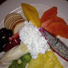 Fruit plate with cottage cheese