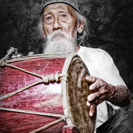 THE OLD (traditional) DRUMMER by Aad S. Ahmad - People Portraits of Men