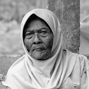 old face by Ngatmow Prawierow - People Portraits of Women ( face, old, zizigallery, farmer, black and white, bw, old woman, people, portrait, banjarnegara )