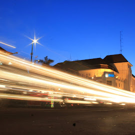 .: BELAJAR LIGHT TRAIL:..:NOL KM JOGJA:.10secF/22ISO 100 by Ghazy Fawwaz - Novices Only Street & Candid