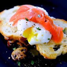Smoked Salmon, Poached Egg & Mushrooms w. Baguette