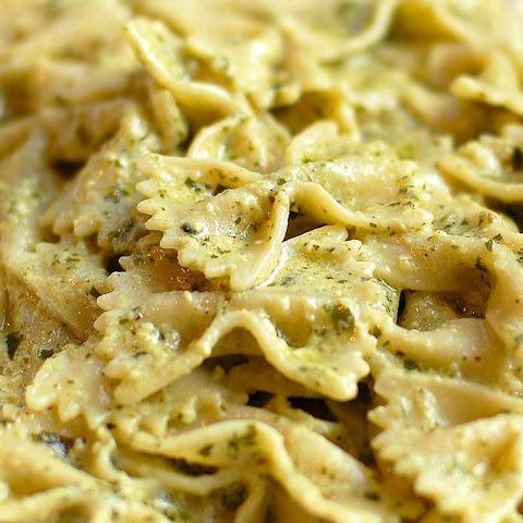 Creamy Pesto Pasta with Chicken & Broccoli Recept | Yummly