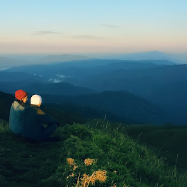 Love knows no distance. by Jigz Vicente - People Couples ( love, mountain, lovers, landscape )