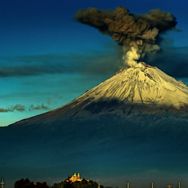 Great Eruption in the morning by Cristobal Garciaferro Rubio - Landscapes Mountains & Hills ( volcano, popo, mexico, popocatepetl, eruption, morning smoking volcano )
