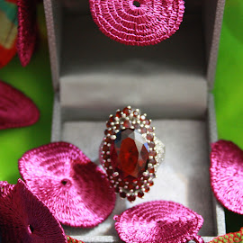 sultana's ruby ring by Noele Hachach - Artistic Objects Jewelry