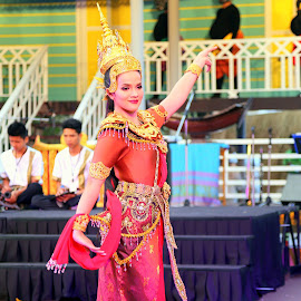 Thai traditional dance by Leong Jeam Wong - People Musicians & Entertainers ( performers, beauties, dancers, dress, tradition, thai, dance, culture )