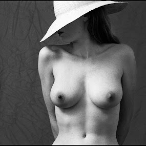 Hoed je!  by Etienne Chalmet - Nudes & Boudoir Artistic Nude ( erotic, girls, sexy, nude, beauty, , Lighting, moods, mood lighting )