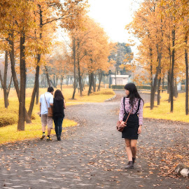 Come back to me by Nguyễn Đức Mạnh - People Couples ( park, yenso, couple, road, alone, people )