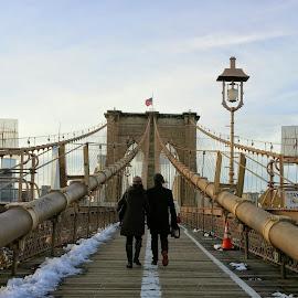 Brooklyn Bridge couple by Adam Skarzynski - People Street & Candids ( brooklyn bridge, flag, manhattan, couple, nyc, bridge, ny, brooklyn, peaople )