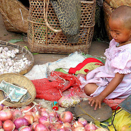 Doing business is kid stuff by Leong Jeam Wong - Babies & Children Children Candids ( scale, weighing, myanmar, market, garlic, union, daching, instrument )
