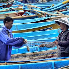happy fisherman by Ngatmow Prawierow - People Professional People ( happy, ship, fish, indonesia, human interest, beach, fisherman )
