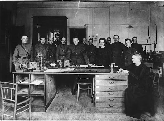 Marie et Irène Curie with american military students, 1919