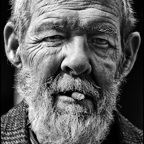 Niet de sigaar  by Etienne Chalmet - Black & White Portraits & People ( black and white, street, men, people, portrait )