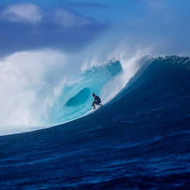 Kelly Slater rolling into Cloudbreak by Dave Nilsen - Sports & Fitness Surfing